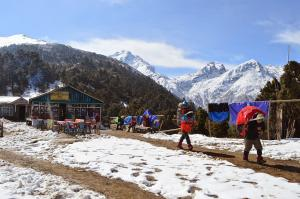 Porters carrying big, heavy loads through the rest area of Cholangpati
